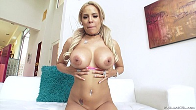 Busty solo latina Luna Star in bts workout
