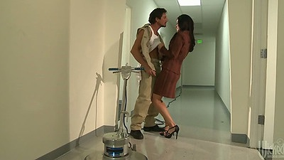 Hallway sex with India Summer sucking it down