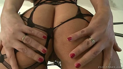 Big ass spreading in sex fishnets with Simony Diamond