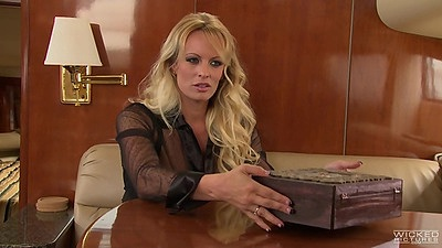 Fantastic looking blonde Stormy Daniels goes for fellatio